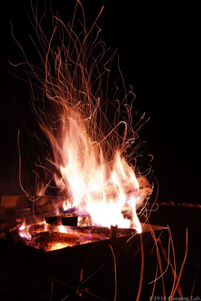 爆ぜる薪と焚き火