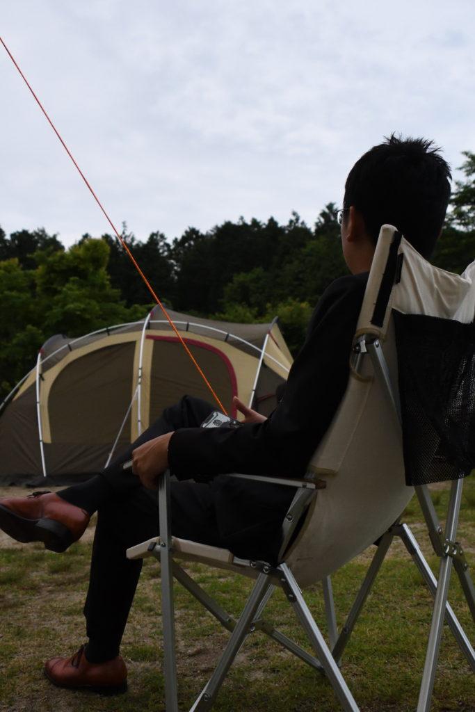 キャンプとスーツ