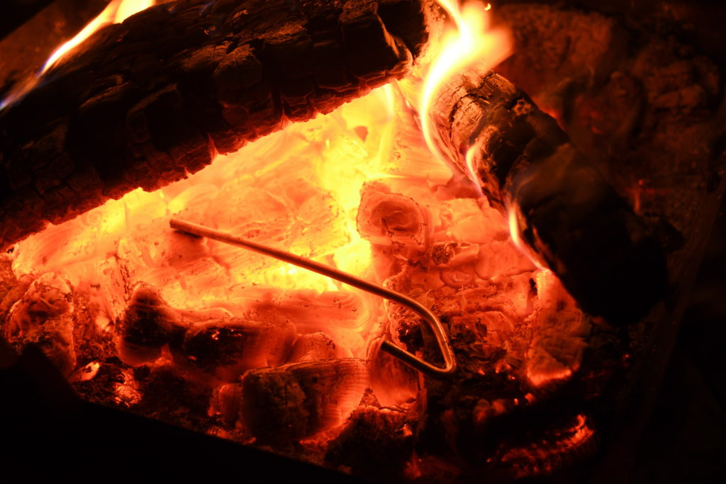 熱源に投入されたペグ