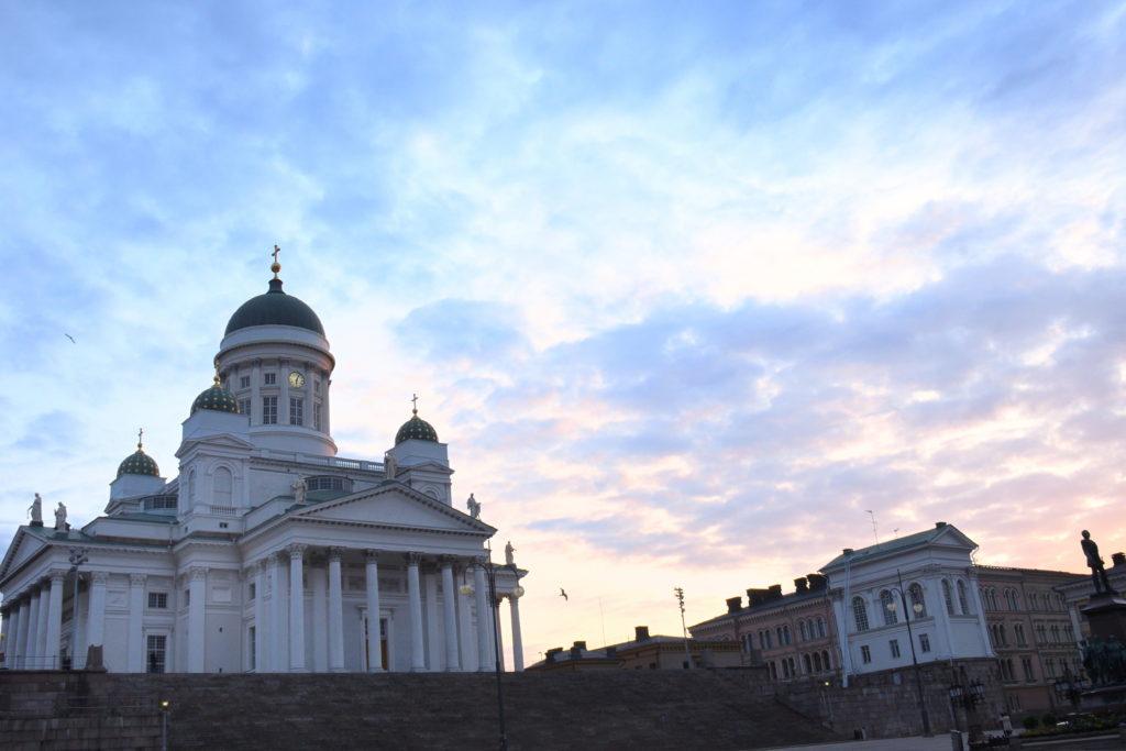 朝焼けのヘルシンキ大聖堂