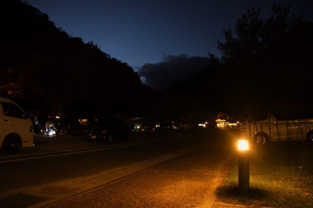 夜の青川峡キャンピングパークのメイン通路